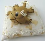 Кот Королевский на подушке